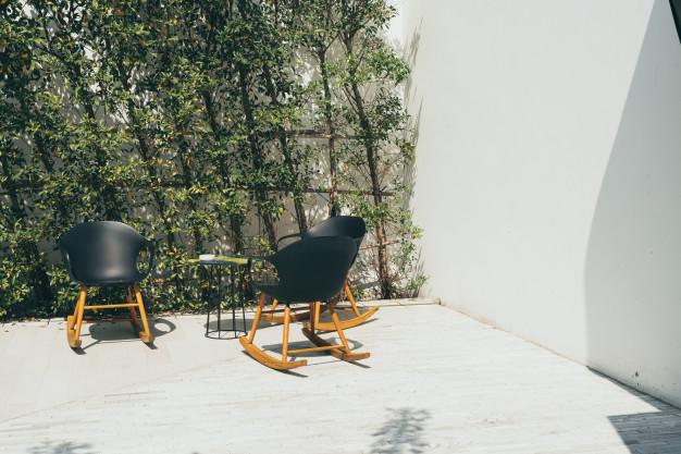 lille terrasse med flotte træbrædder